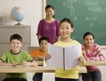 Mädchenlesereport zu den Mitschülern Lizenzfreie Stockfotografie