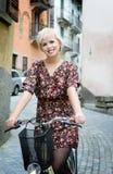 Mädchenradfahren Stockfoto
