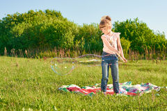 Mädchenschlagblasen Stockfotografie