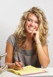 Mädchenschreiben beim Denken Lizenzfreie Stockfotos