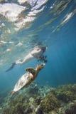 Mädchenschwimmen mit Schildkröte Stockfotografie