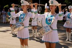 Mädchenspiele auf Trommeln Lizenzfreies Stockfoto