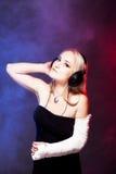 Mädchentanzen mit dem defekten Arm und den Kopfhörern Stockfoto