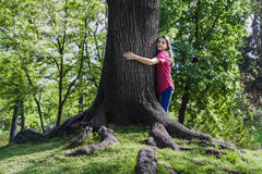 Mädchenumarmungsbaum Stockfotos