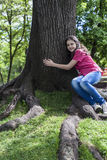 Mädchenumarmungsbaum Stockfotografie