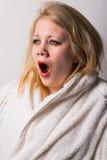 Müde junge gähnende Frau des ungepflegten Morgens Lizenzfreie Stockbilder
