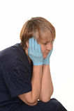 Müde Krankenschwester mit Kopf in der Hand Stockfoto