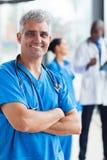 Médecin âgé par milieu Photo libre de droits