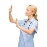 Médecin ou infirmière travaillant avec l'écran virtuel Photographie stock libre de droits