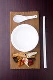 Médecine de fines herbes chinoise avec la cuvette et la baguettes Images libres de droits