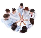 Médecins et infirmières empilant des mains Image libre de droits