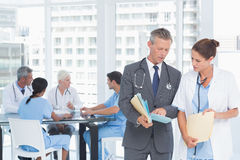 Médecins masculins et féminins avec des rapports Photos libres de droits