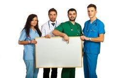 Médecins retenant le panneau blanc Images libres de droits