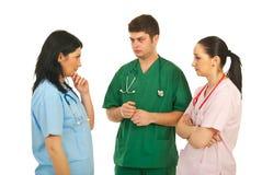 Médecins tristes ayant la conversation Photo stock