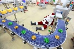 müder überarbeiteter Weihnachtsmann in der Fabrik Lizenzfreie Stockfotografie