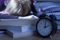 Müder Kursteilnehmer, der auf Büchern schläft Lizenzfreies Stockfoto