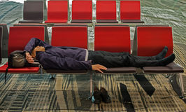 Müdes Reisendnickerchen machen wegen des Jetlags Stockfoto