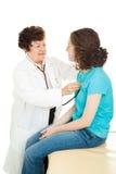 Médico adolescente - escuchando el corazón Foto de archivo