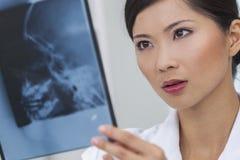 Médico de hospital de sexo femenino chino de la mujer con las radiografías Fotos de archivo libres de regalías
