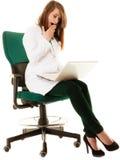 médico Doutor da mulher que trabalha no portátil do computador Fotografia de Stock
