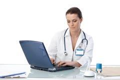 Médico geral que datilografa no computador Imagem de Stock Royalty Free