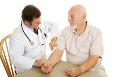 Médico mayor - controlar pulso Fotos de archivo libres de regalías