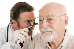 Médico mayor - primer del otoscopio Imágenes de archivo libres de regalías
