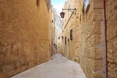 Mdina старый городок с улицами булыжника, фонариками, слезло здания, в Мальте Совершенное назначение для каникул и туризма стоковое фото