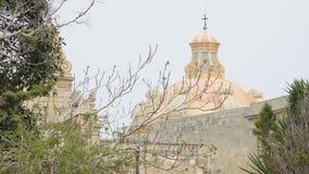 Mdina - MALTA, em abril de 2018: Andando ao longo das ruas medievais de Mdina velho, quadrado do ` s de St Paul na cidade de Mdin filme