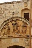 Mdina, Malta, luglio 2014 Frammento di vecchia parete di pietra con l'immagine dei tre san fotografia stock