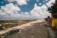 MDINA MALTA, WRZESIEŃ, -, 15 2018: Grupa turyści patrzeje pięknego panoramicznego widok Malta wyspa z wierzchu fotografia royalty free