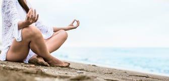 Méditation sur la plage Photo stock