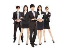 Mądrze biznesmena mienia laptop z biznes drużyną Zdjęcie Stock