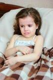 Meßtemperatur des unwohlen Kleinkindmädchens mit thermometr auf Achselhöhle Lizenzfreie Stockfotos