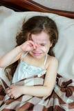 Meßtemperatur des unwohlen Kleinkindmädchens mit thermometr auf Achselhöhle Stockfoto