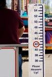 Meça por favor acima do sinal no carnaval Imagens de Stock Royalty Free