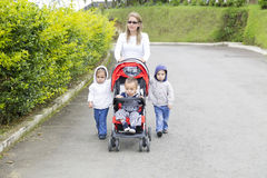 Mãe bonita com suas crianças Foto de Stock