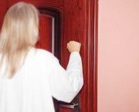 Me coloco en la puerta y golpeo Imagen de archivo libre de regalías