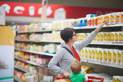 Mãe com o bebê na compra Fotos de Stock Royalty Free
