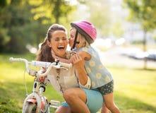 Mãe e bebê que têm o divertimento no parque Foto de Stock Royalty Free