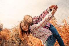 Mãe e filha felizes na caminhada acolhedor no campo ensolarado Imagem de Stock Royalty Free