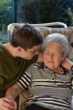 Me e la nonna, ragazzo visitano la sua grande-nonna immagine stock libera da diritti