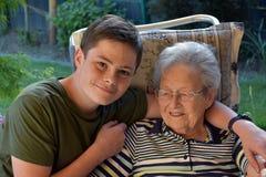Me en de oma, jongen bezoeken zijn groot-oma royalty-vrije stock foto