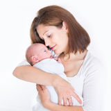 Mãe nova bonita que guarda seu bebê recém-nascido Imagem de Stock