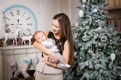 Mãe nova que guarda o filho do bebê Imagens de Stock