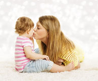 Mãe que beija o bebê, retrato da família, criança do beijo das mães Fotos de Stock