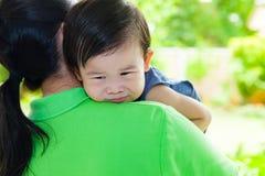 A mãe que leva e consola sua filha Imagem de Stock Royalty Free
