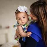 A mãe traz seu bebê Fotografia de Stock Royalty Free