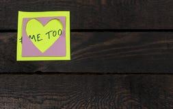 Me ugualmente hashtag su un cuore ho modellato la nota adesiva inviata su un fondo di legno immagine stock libera da diritti
