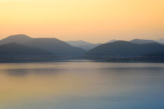 Mea Kuang Reservoir all'alba Mea Kuang Dam, Doi Saket, Chiangmai, Tailandia fotografia stock
